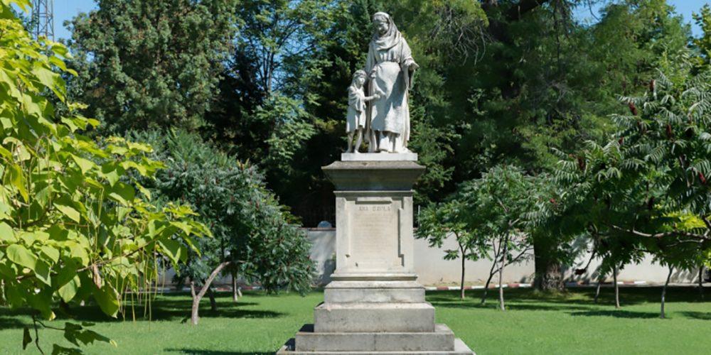 Ana Davila Statuie realizata de Carol Storck Cartier Cotroceni poza color