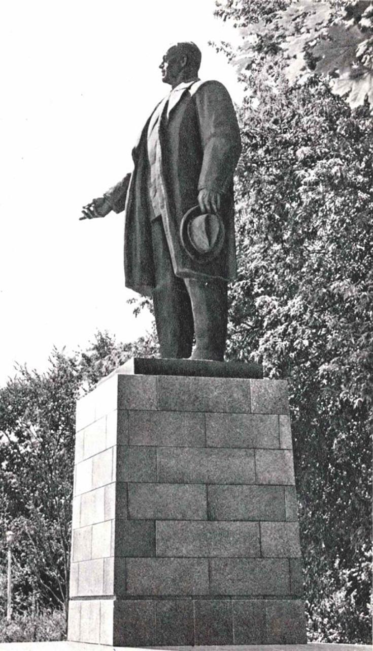 statuia stalinistului doctor petru groza politician roman - 1973 cartierul cotroceni